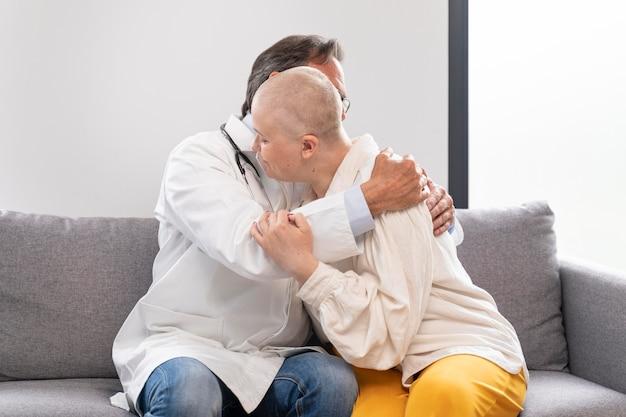 乳がんに苦しむ若い女性が医師と話している