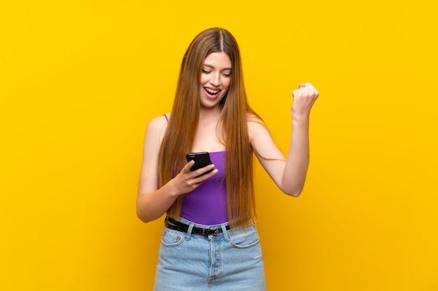 Молодая женщина удивлена и отправив сообщение
