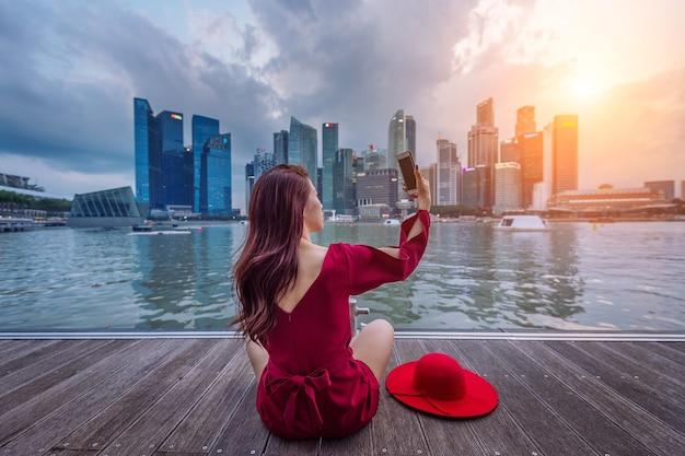 젊은 여성이 싱가포르에서 사진을 찍습니다.