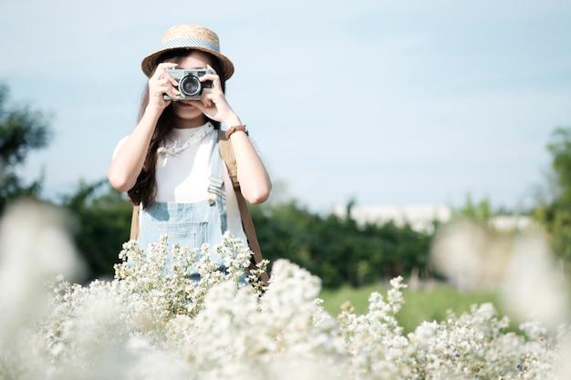 Молодая женщина сделать снимок. расслабьтесь и путешествуйте.