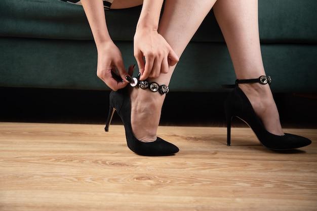 젊은 여자가 그의 발뒤꿈치를 벗는다