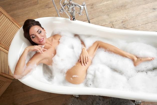 Молодая женщина принимает ванну