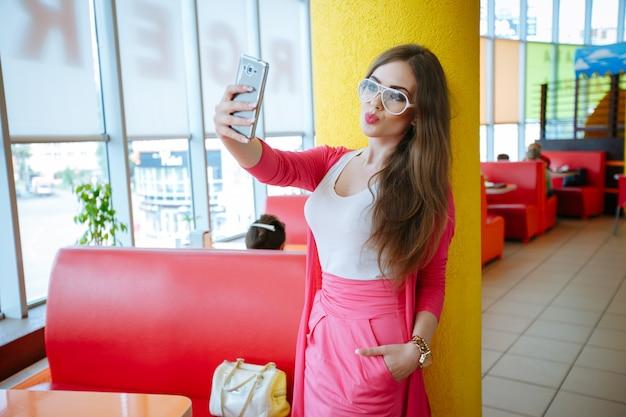 Молодая женщина, принимая смешные фото