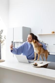 犬と一緒に自撮りをする若い女性