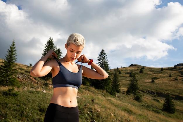 Giovane donna che prende una pausa dalla corsa