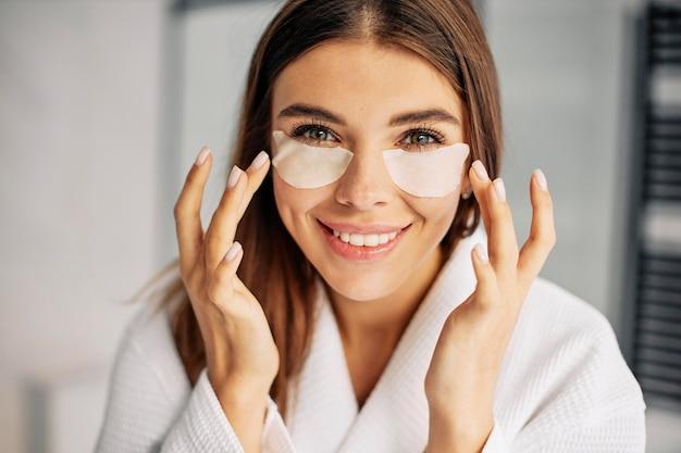Giovane donna che si prende cura del suo viso