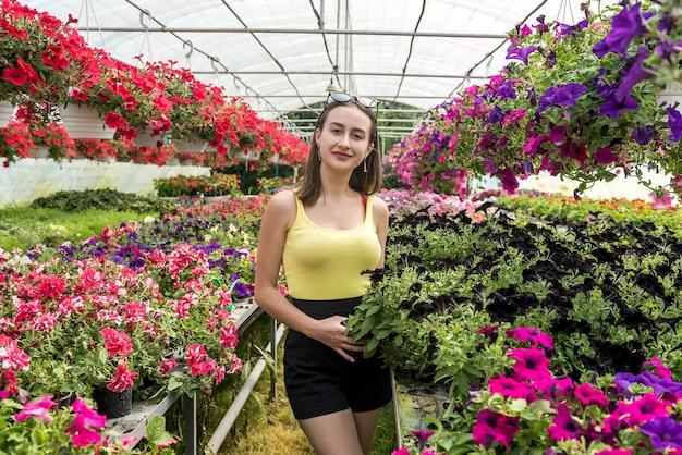 꽃을 돌보는 젊은 여자