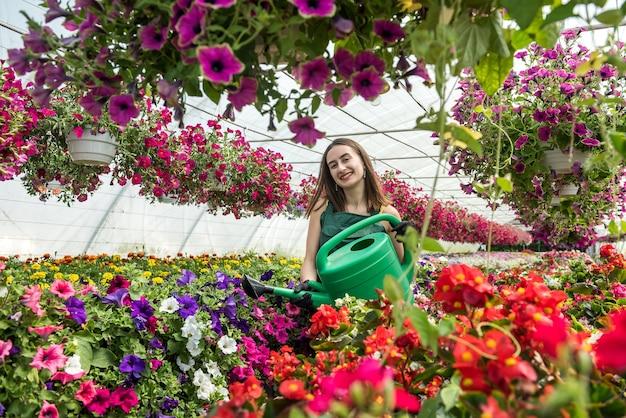 花の世話をする若い女性