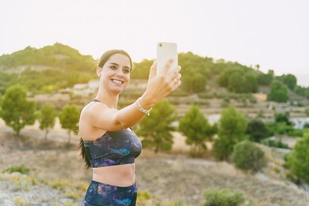 自分撮りをしている若い女性