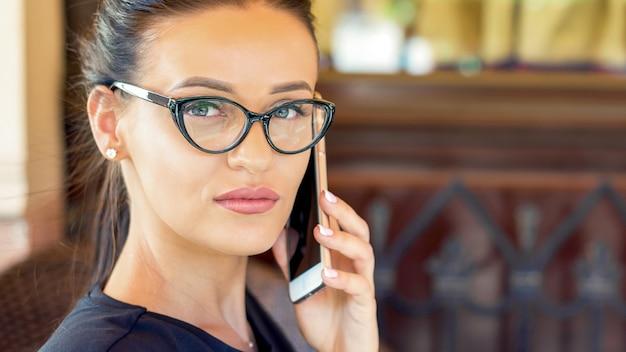 Молодая женщина разговаривает по телефону
