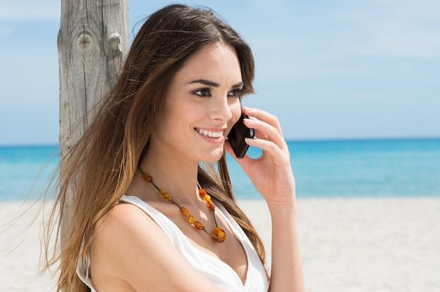 携帯電話で話している若い女性