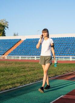 Молодая женщина разговаривает по телефону на открытом воздухе