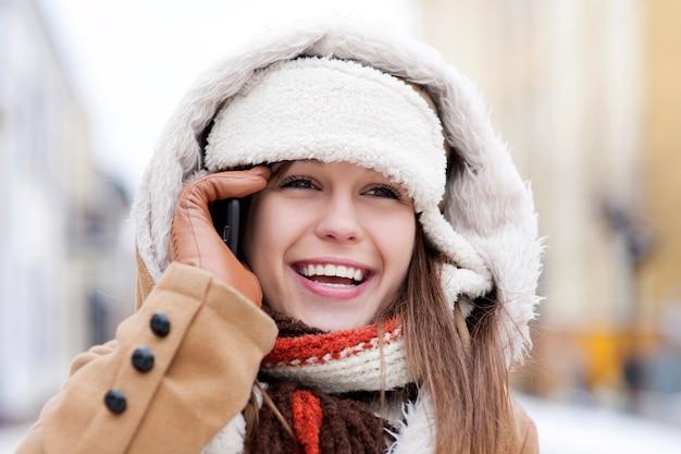 전화 통화하는 젊은 여자