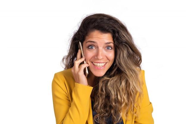 電話で話している若い女性。