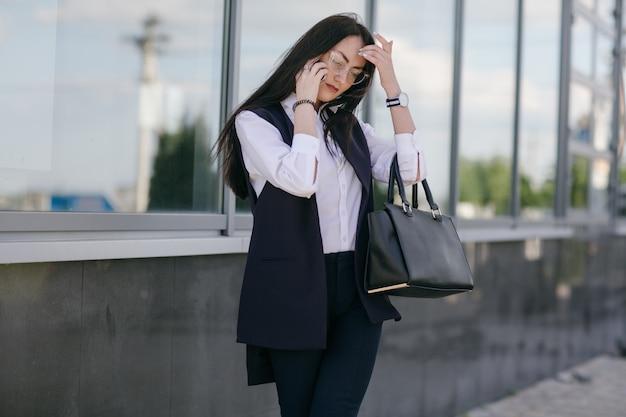 Giovane donna che comunica su un telefono
