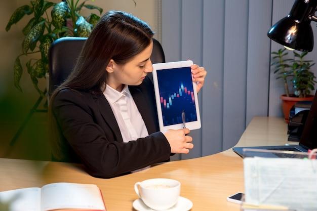 Giovane donna che parla, lavora durante la videoconferenza con i colleghi, i colleghi di lavoro a casa.