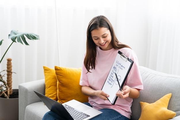 Молодая женщина преподает уроки английского языка