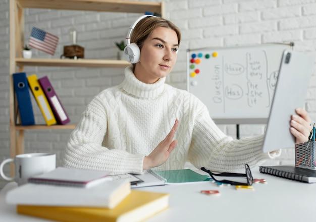 子供たちにオンラインで英語のレッスンを教える若い女性