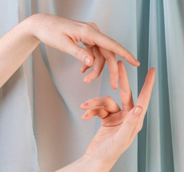 Giovane donna che insegna la lingua dei segni