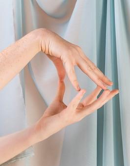 手話を教える若い女性