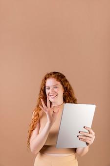 Молодая женщина преподает язык жестов