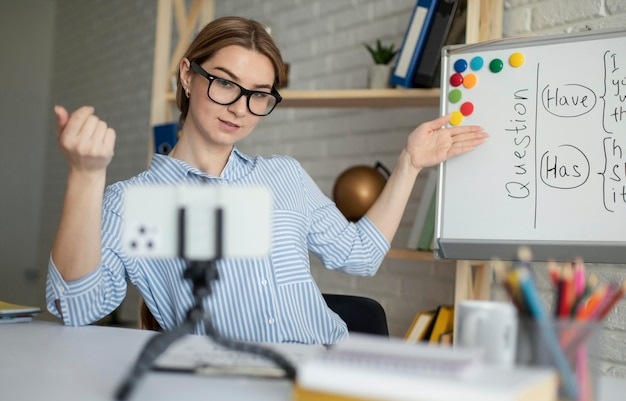 オンラインで学生に英語のレッスンを教える若い女性
