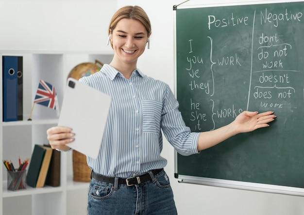 Giovane donna che insegna agli studenti in classe di inglese online