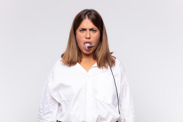 혐오감과 초조함을 느끼는 젊은 여성 텔레마케터