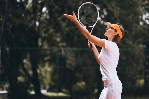 법원에서 젊은 여자 테니스 선수