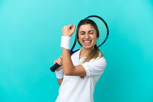 勝利を祝う孤立した若い女性テニス プレーヤー