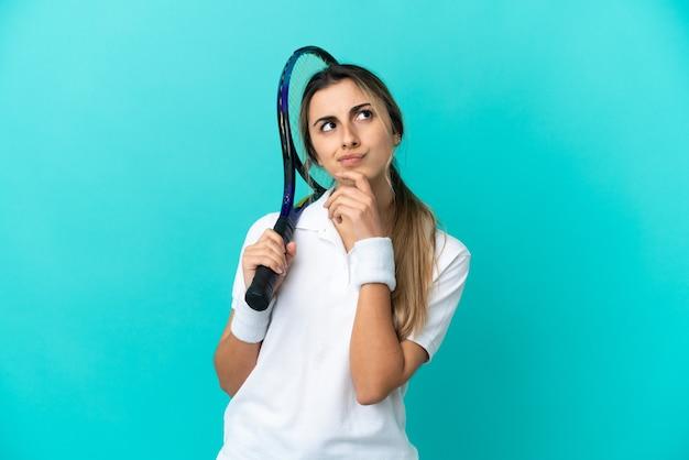 파란색 배경에 격리된 젊은 여성 테니스 선수
