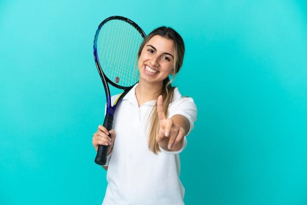 젊은 여자 테니스 선수 절연 표시 및 손가락 해제