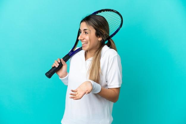 측면을 보는 동안 놀라운 표정으로 고립 된 젊은 여자 테니스 선수