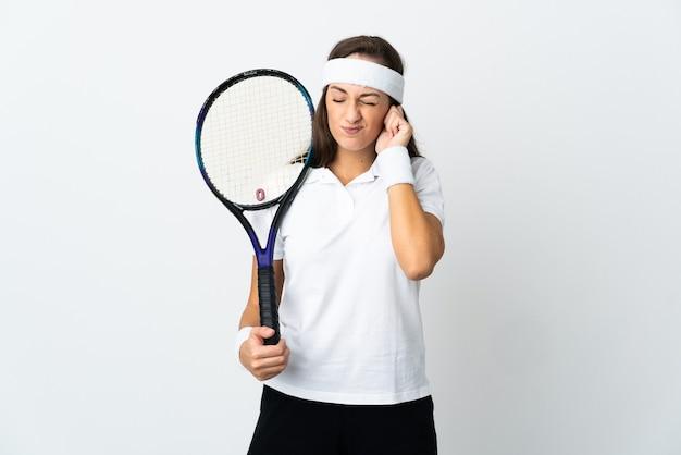 좌절과 귀를 덮고 고립 된 흰색 배경 위에 젊은 여자 테니스 선수