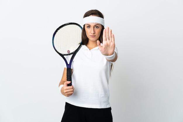 중지 제스처를 만드는 격리 된 흰색 배경 위에 젊은 여자 테니스 선수