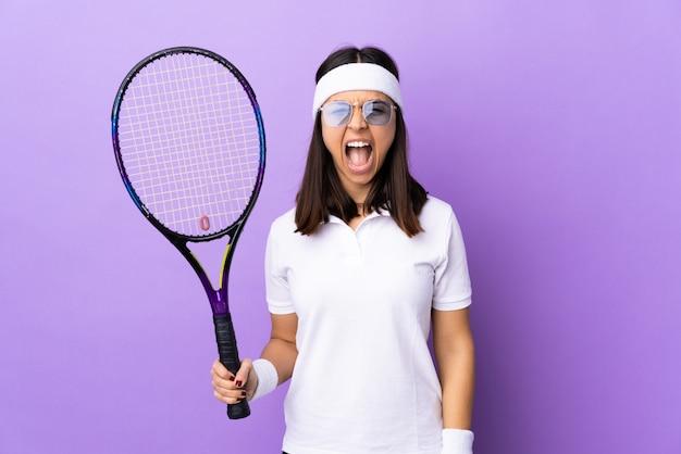 Теннисист молодой женщины над изолированный
