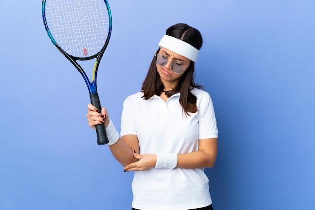 팔꿈치에 통증이있는 젊은 여자 테니스 선수