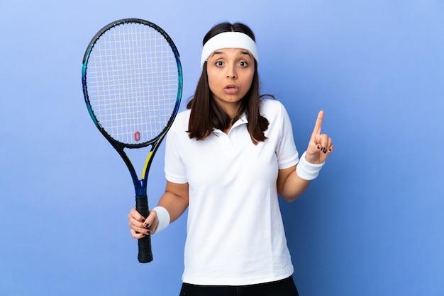 Молодая женщина-теннисистка
