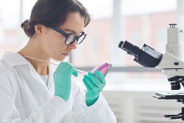 若い女性の細菌サンプルのテスト