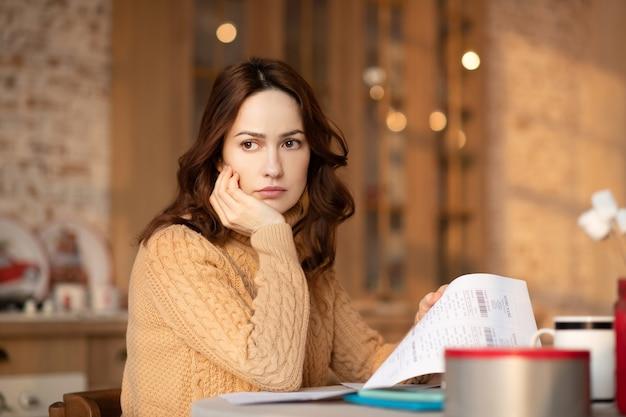 Молодая женщина думает о своих проблемах