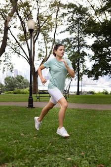 Молодая женщина терпит жару на открытом воздухе