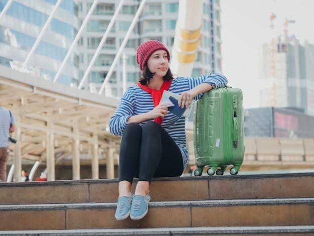 街を旅する若い女性のねじれ