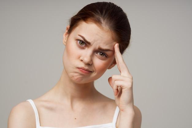 Молодая женщина, касаясь ее лица руками проблемы со здоровьем, косметология, уход за прыщами