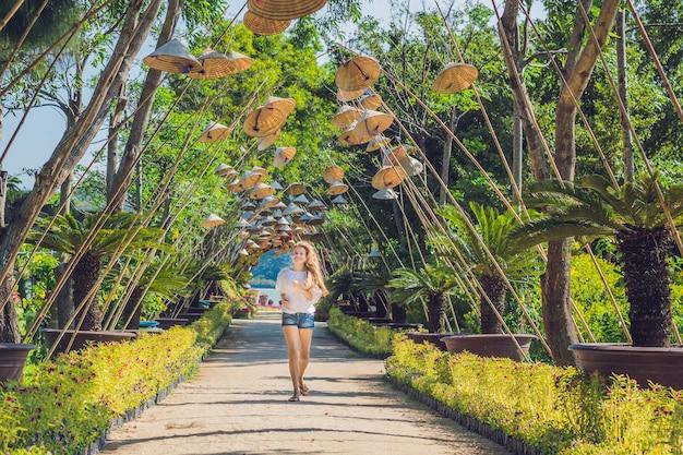 若い女性の観光客とベトナムの帽子。ベトナム旅行のコンセプト