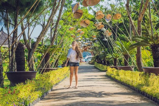 젊은 여자 관광과 베트남 모자
