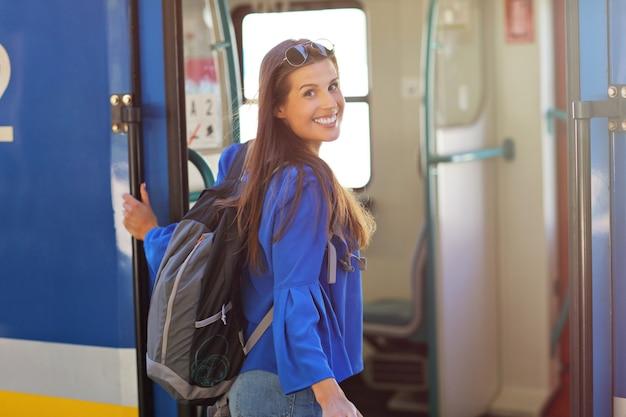 Молодая женщина-турист на платформе железнодорожного вокзала