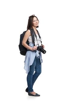 白で隔離のカメラとバックパックと若い女性の観光客