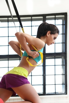 ジムでトレーニングする若い女性