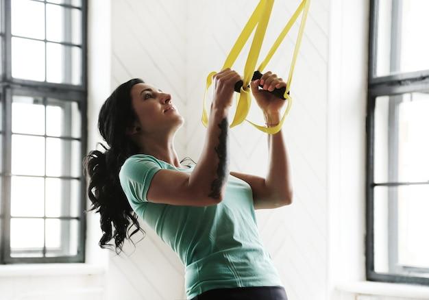 체육관에서 훈련하는 젊은 여자
