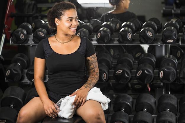 Обучение молодой женщине в тренажерном зале